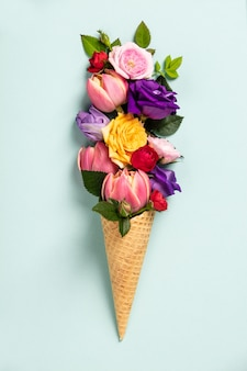 花と葉のアイスクリームコーン。夏の最小限のコンセプト。