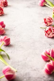 Весенние цветы и пасхальные украшения на фоне потертый шик