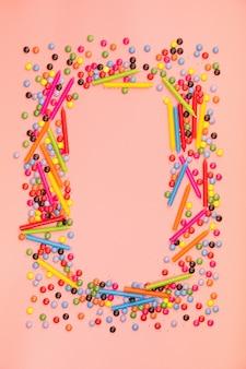 カラフルな振りかけるとピンクの背景の誕生日の蝋燭