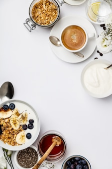 白い背景、上面、コピースペースに健康的な朝食セット