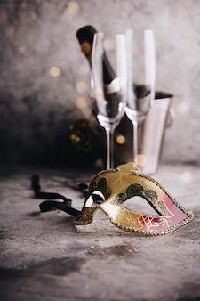 Бутылка шампанского в ведре со льдом, бокалы и рождественские украшения
