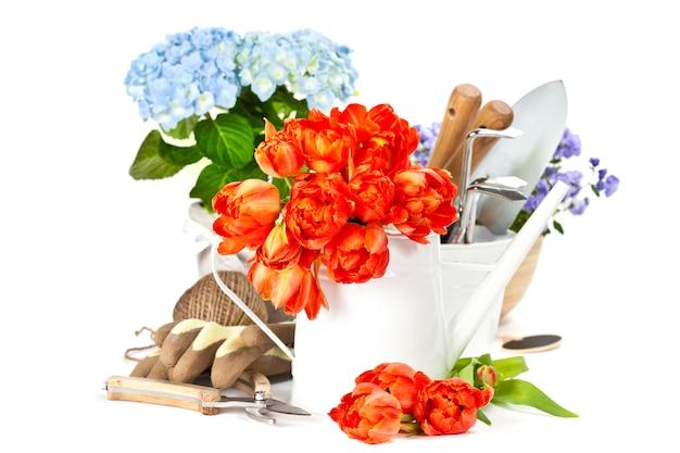 春の花と園芸工具