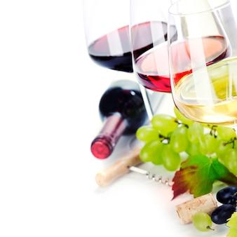Бокалы белого, красного и розового вина и винограда