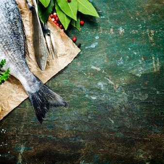 Хвост свежей рыбы на старый деревянный стол