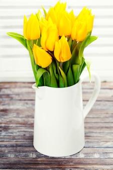 花瓶に黄色のチューリップ