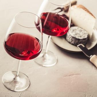 Красное вино и сыр на бетоне, крупным планом