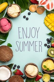 Тропические фрукты и растения с разнообразным мороженым в скорлупе кокосовых орехов
