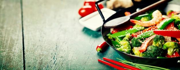 中華鍋でカラフルな炒め物