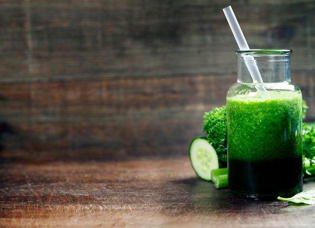 新鮮なオーガニックグリーンスムージー-デトックス、ダイエット、健康食品コンク