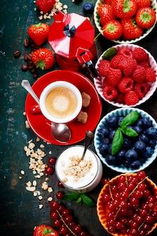 健康的な朝食-ミューズリーとベリーのヨーグルト-健康と