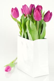 花瓶の新鮮なチューリップ