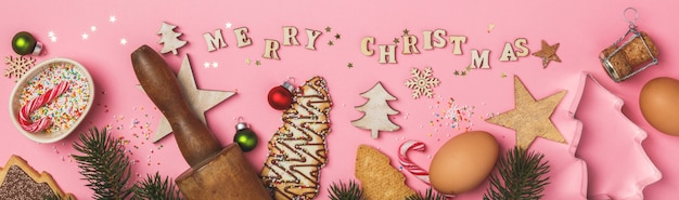 クリスマスのジンジャーブレッドクッキーと木製の文字で書かれたメリークリスマス