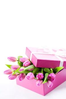 ギフトボックスにピンクのチューリップ