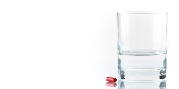 Красная таблетка и стакан воды