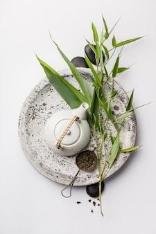 竹の枝と白い背景の上の緑茶