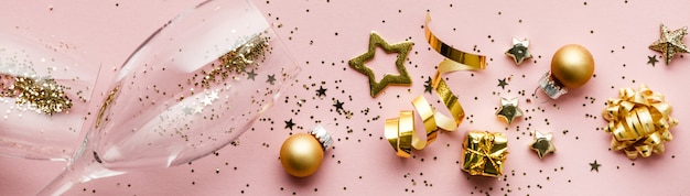 お祝いのフラットレイアウト。シャンパングラスとクリスマスの装飾