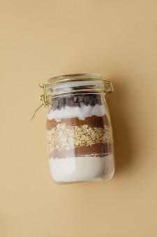 Шоколадное печенье в стеклянной банке