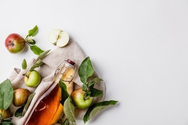 アップルサイダー酢と新鮮なリンゴ、平干し、テキスト用のスペース