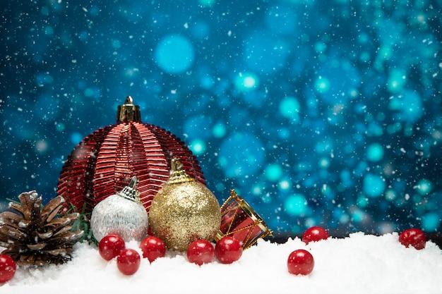 Красивые рождественские украшения на снегу с синим фоном боке