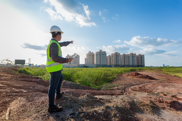 作業または建設の建築現場で確認するエンジニアの男