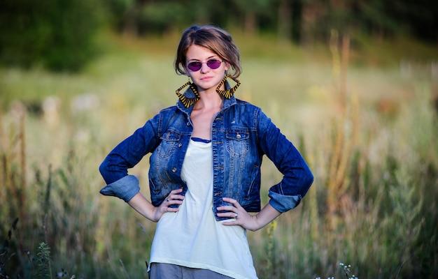 ヴィンテージの方法服を着てヤン美しい女性は夏には屋外で歩く