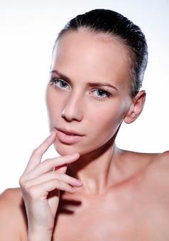 清潔でさわやかな肌を持つ美しい若い女性。女の子の美しさの顔のケア。フェイシャルトリートメント。