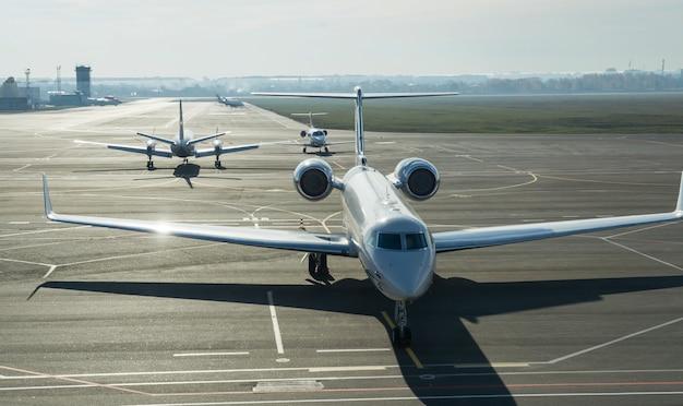 Частные реактивные самолеты стоят на линии приземления.