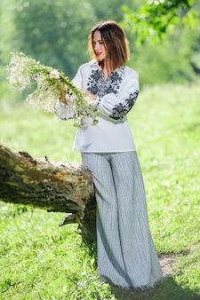 Красивая украинская молодая женщина одета в традиционные современные этнические платья.