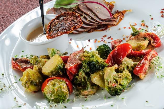 焼き野菜:ブロッコリー、芽キャベツ、タマネギ、トマト、スパイス
