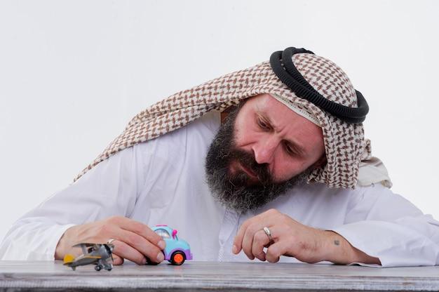 アラビア人がおもちゃの車で遊ぶ