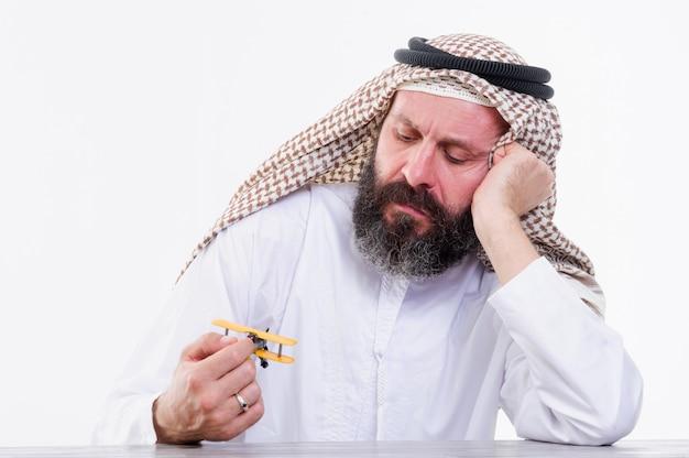 アラビア人はおもちゃの飛行機で遊ぶ