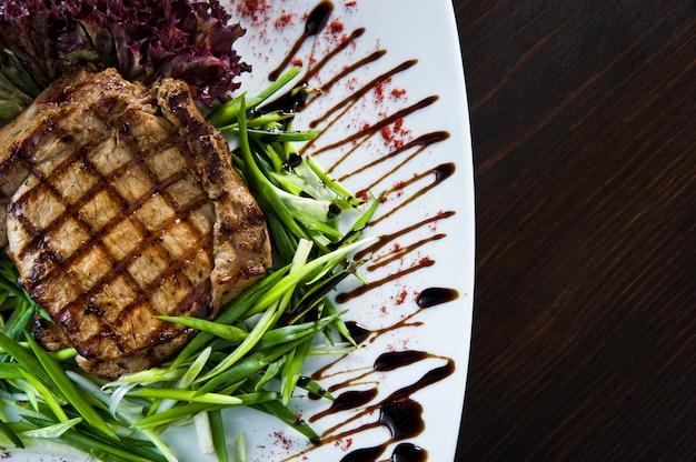 プレートのグリルビーフステーキ。
