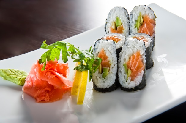 Суши ролл с лососем и креветками темпура.