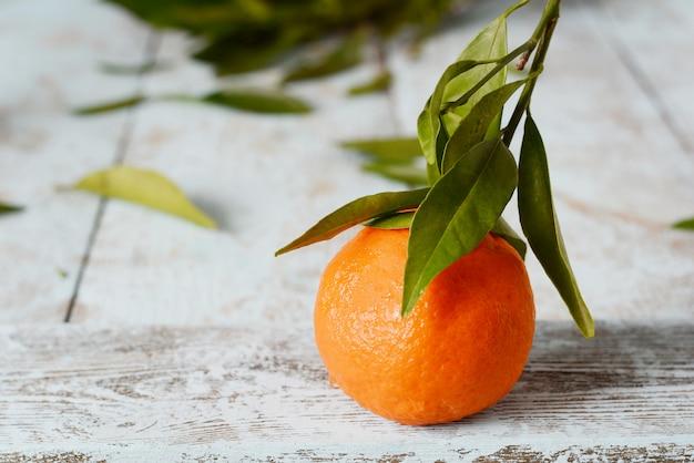 葉とみかん(オレンジ、みかん、クレメンタイン、柑橘類)