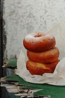 砂糖のアイシングと甘い血色の良いドーナツ