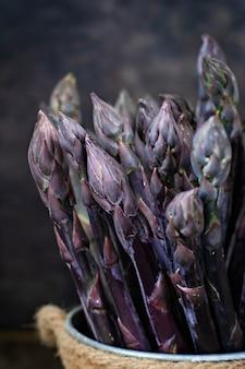 Свежий букет фиолетовой спаржи