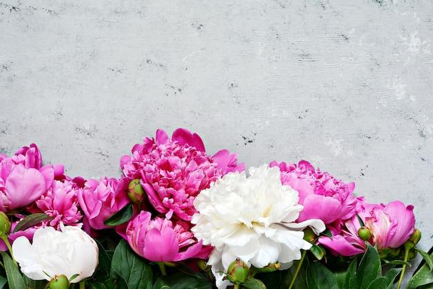 Букет много пионов розового цвета крупным планом.