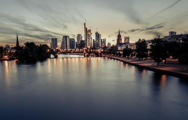 街の景色の美しい夕日