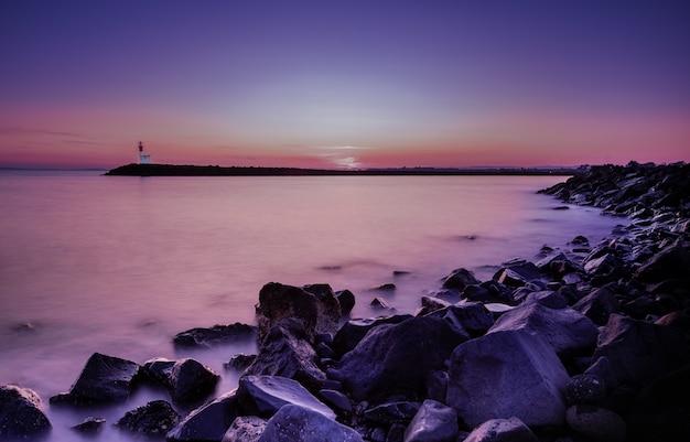 海岸のロングショットで壮大な夕日