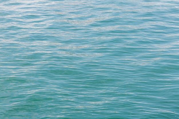 カラフルで活気のある波の上の岩