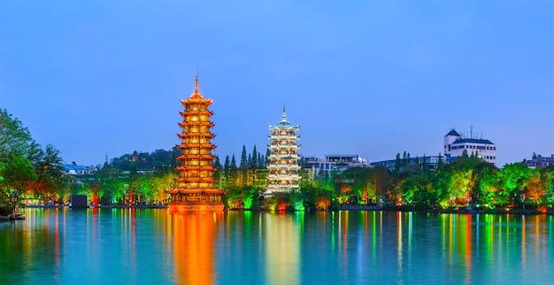 湖中国の田舎美しい青い丘