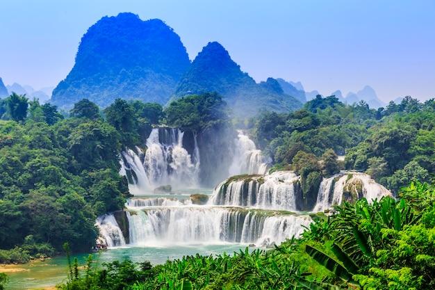 休暇壮大な夏景色の中国ぬれた