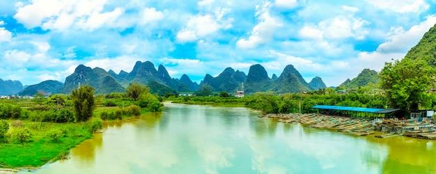自然自然の緑の水の川