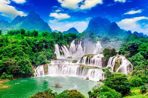 Влажный живописный водный пейзаж сельской местности чистый поток