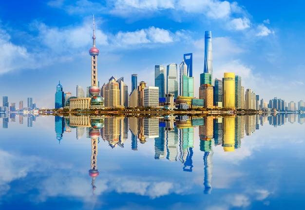 上海の水の現代的な美しいパノラマのウォーターフロント