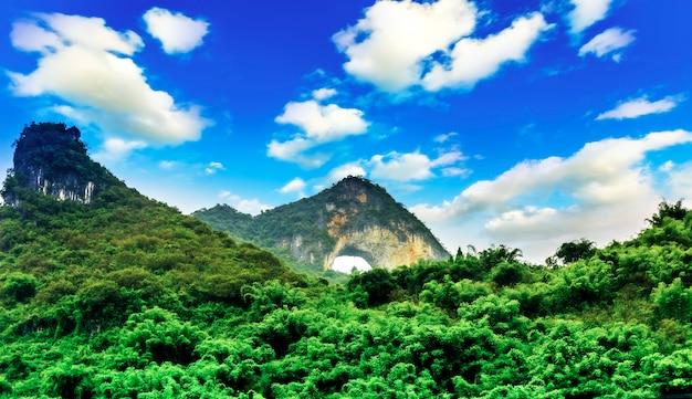 有名な風景の反射旅行丘の霧