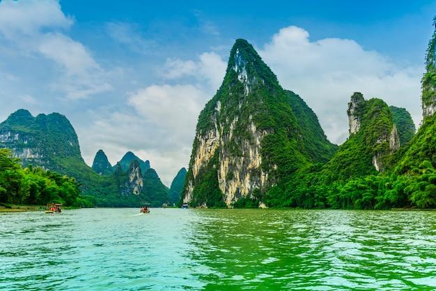反射の有名な自然の風景のスカイラインの観光