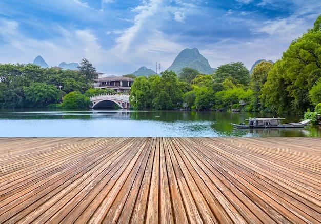 古典的な庭園美しい湖の木中国