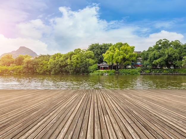 庭園夏の池の寺院美しい建物