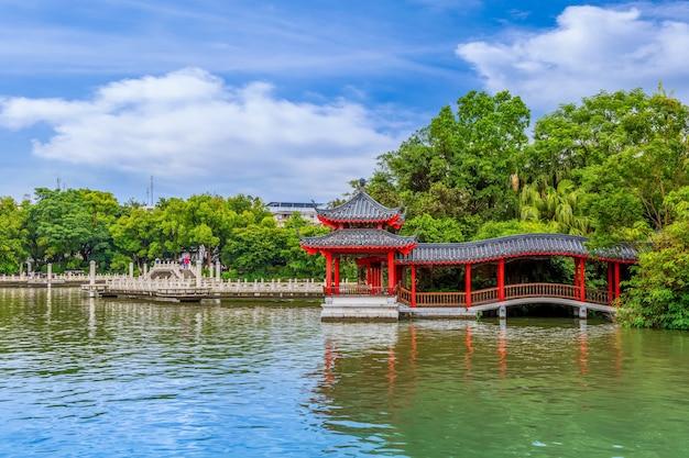 古典的な湖の風景アーキテクチャの色都市